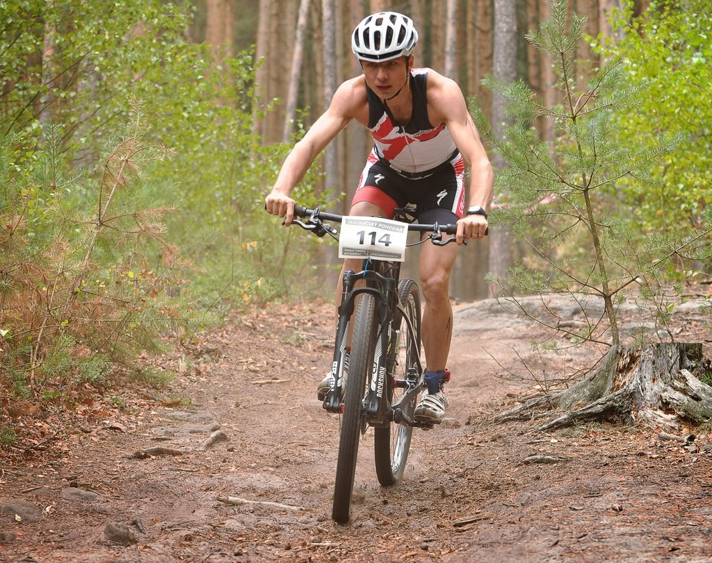 Petr Kövešlygety v cyklistické části triatlonu